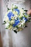 Mooi huwelijk een boeket in handen van de bruid Royalty-vrije Stock Foto's