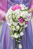 Mooi huwelijk een boeket van witte rozen in handen van de bruid Royalty-vrije Stock Afbeelding