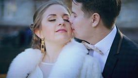 Mooi huwelijk het jonge paar in het park stock videobeelden