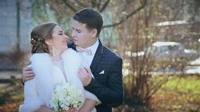 Mooi huwelijk het jonge paar in het park stock video