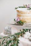 Mooi huwelijk om cake met bloemendecoratie royalty-vrije stock fotografie