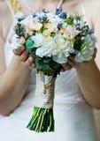 Mooi huwelijksboeket in de hand van de bruid. Zachte nadruk Royalty-vrije Stock Foto's