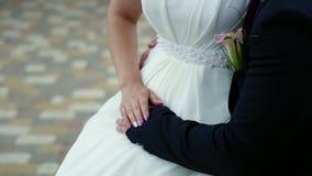 Mooi huwelijksboeket in de handen van de bruid en de bruidegom stock footage