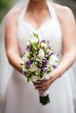 Mooi huwelijksboeket in handen van de bruid Royalty-vrije Stock Afbeelding