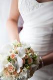 Mooi huwelijksboeket in handen van de bruid Stock Foto