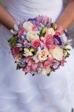 Mooi huwelijksboeket in handen van de bruid Royalty-vrije Stock Afbeeldingen