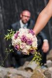 Mooi huwelijksboeket met bruidegom op achtergrond royalty-vrije stock afbeelding