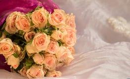 Mooi huwelijksboeket van beige rozen Stock Afbeelding