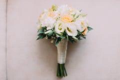 Mooi huwelijksboeket van witte en bleke perzikrozen royalty-vrije stock afbeeldingen