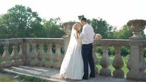 Mooi huwelijkspaar die en in park kussen omhelzen 4K stock videobeelden