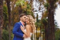 Mooi huwelijkspaar, gelukkige bruid en bruidegom Royalty-vrije Stock Afbeeldingen