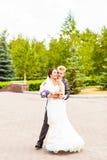 Mooi huwelijkspaar in park Kus en omhelzing Royalty-vrije Stock Foto's