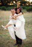 Mooi huwelijkspaar in park Kus en omhelzing elkaar Royalty-vrije Stock Afbeelding