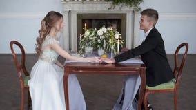 Mooi huwelijkspaar in restaurant stock videobeelden