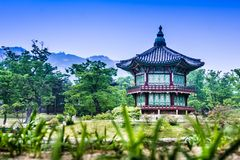 Mooi Hyangwonjeong-paviljoen op een kunstmatig eiland - Seoel stock afbeelding