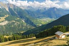 Mooi idyllisch bergenlandschap met buitenhuis (chalet) in de zomer royalty-vrije stock fotografie