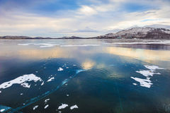 Mooi ijs op het meer bij zonsondergang Stock Afbeelding