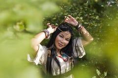 Mooi Indisch meisje in het bos royalty-vrije stock foto's