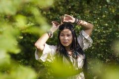 Mooi Indisch meisje in het bos stock afbeeldingen