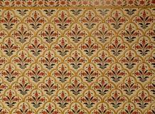 Mooi Indisch Stijlpatroon in Goud, Rood, Donkergroen van Witte Muur Royalty-vrije Stock Foto's