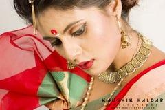 Mooi Indisch vrouwelijk model in Indische saree stock foto's
