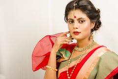Mooi Indisch vrouwelijk model in Indische saree stock fotografie