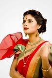 Mooi Indisch vrouwelijk model in Indische saree stock afbeelding