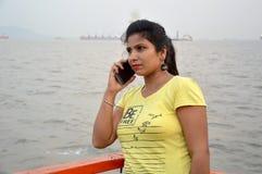 Mooi Indisch vrouwenportret die zich in boot bevinden royalty-vrije stock afbeelding