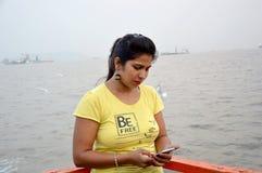 Mooi Indisch vrouwenportret die zich in boot bevinden stock afbeelding