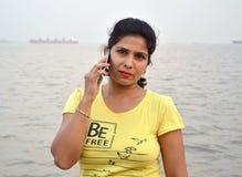 Mooi Indisch vrouwenportret die zich in boot bevinden stock foto
