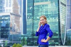 Mooi jong blonde die telefonisch roepen Royalty-vrije Stock Fotografie