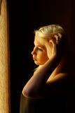 Mooi jong blonde meisje Dramatisch portret van een vrouw in dark Het dromerige wijfje kijkt in schemering Vrouwelijk silhouet Royalty-vrije Stock Fotografie