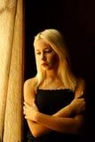 Mooi jong blonde meisje Dramatisch portret van een vrouw in dark Het dromerige wijfje kijkt in schemering Vrouwelijk silhouet Stock Foto