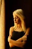Mooi jong blonde meisje Dramatisch portret van een vrouw in dark Het dromerige wijfje kijkt in schemering Vrouwelijk silhouet Royalty-vrije Stock Foto's