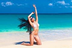 Mooi jong brunette in bikini op een tropisch strand Royalty-vrije Stock Afbeeldingen