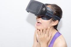 Mooi jong brunette met lang haar dat virtuele werkelijkheid draagt royalty-vrije stock foto's