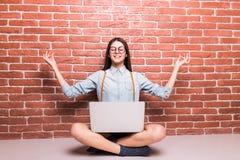 Mooi jong donker-haired meisje in vrijetijdskleding stellen, die met omhoog laptop op sholders, handen glimlachen Stock Foto
