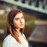 Mooi jong donkerbruin meisje Stock Foto's