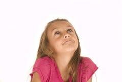Mooi jong donkerbruin meisje die in roze omhoog kijken Stock Afbeeldingen