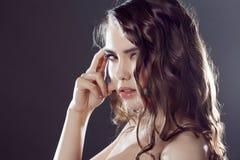 Mooi jong donkerbruin meisje met lang golvend haar Krullend kapsel Zwarte achtergrond stock foto's