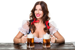 Mooi jong donkerbruin meisje van meest oktoberfest bierstenen bierkroes Stock Afbeelding