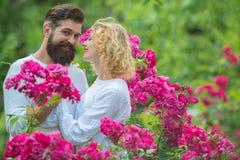 mooi jong en paar die kussen omhelzen De mooie jonge sensuele hartelijke man van de vrouwenliefde Romantisch paar binnen stock afbeeldingen
