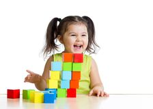 Mooi jong geitje die een kasteel met kubussen bouwen Royalty-vrije Stock Foto's