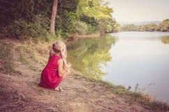 Mooi jong geitje door de rivier Royalty-vrije Stock Fotografie