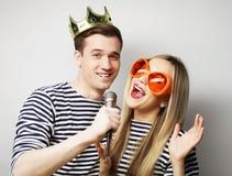 Mooi jong houdend van paar klaar voor partij royalty-vrije stock foto