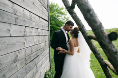 Mooi jong huwelijkspaar in openlucht Royalty-vrije Stock Foto