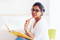 Mooi jong Indisch meisje, student met boek, het bestuderen royalty-vrije stock fotografie