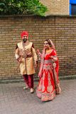 Mooi jong Indisch paar die op de straat het UK lopen van Londen stock afbeeldingen