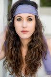 Mooi jong Kaukasisch meisje bij het park royalty-vrije stock afbeeldingen