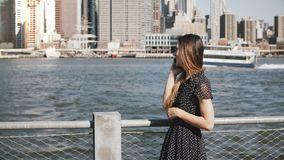 Mooi jong Kaukasisch meisje die met lang haar de horizon die langs van New York, Manhattan lopen een telefoongesprek en het sprek stock video